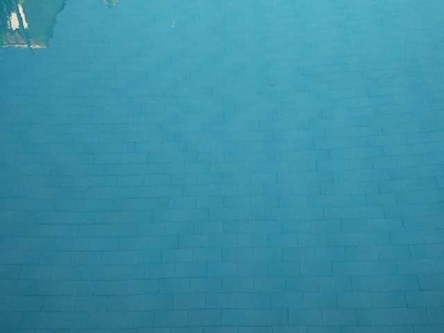 Piscina con agua no totalmente transparente (turbia).